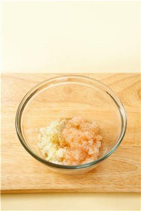 1. 새우살은 물기를 제거하고 곱게 다져 다진 양파와 섞은 다음 녹말가루를 넣고 소금과 후춧가루로 간을 한다.