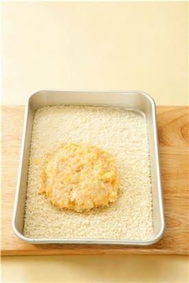2. 새우살을 둥글넓적하게 빚어 밀가루, 달걀물, 빵가루 순으로 튀김옷을 입힌다.