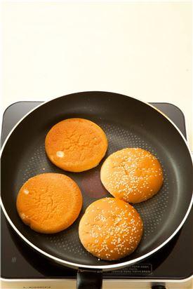 4. 햄버거 빵에 마요네즈를 약간씩 바르고 프라이팬에 살짝 굽는다. (Tip 마요네즈를 발라 구우면 빵이 부드러운데, 마요네즈 대신 버터를 약간 발라 구워도 된다.)