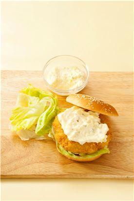 6. 햄버거 빵에 양상추와 새우 패티, 타르타르소스, 양상추를 얹고 햄버거 빵을 덮는다.