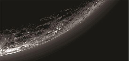 ▲명왕성의 대기권은 매우 복잡한 형태로 이뤄져 있는 것으로 나타났다.[사진제공=NASA]