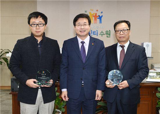 염태영 수원시장(중앙)이 중국 내 유력인사들을 홍보대사로 위촉한 뒤 기념촬영을 하고 있다.