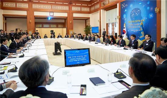 박근혜 대통령이 17일 오후 청와대 충무실에서 열린 지능정보사회 민관합동 간담회에 참석하고 있다. (사진=청와대)