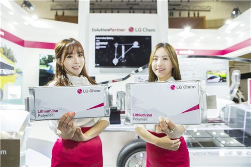 ▲제주 국제 전기차 엑스포에서 도우미들이 LG화학의 전기차 배터리를 소개하고 있다