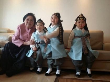 김을동 의원과 삼둥이. 사진=김을동 의원 블로그 화면 캡처.