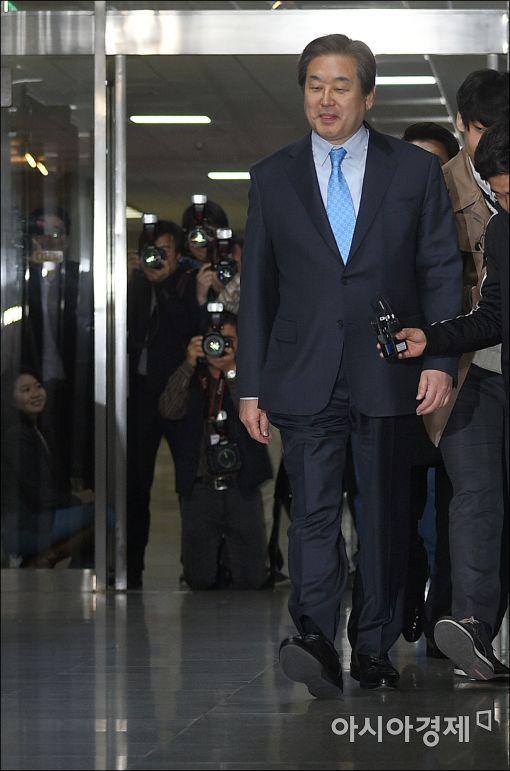[포토]회의장 들어가는 김무성 대표