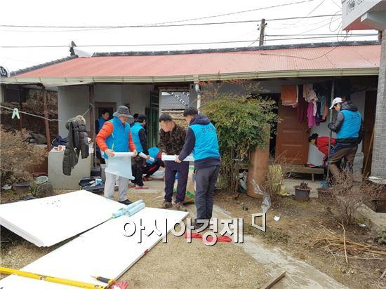 곡성군(군수 유근기) 드림스타트는 최근  강산회(회장 박택규)의 후원으로 곡성읍 소재 미혼모 가정에 대해 주택 집수리를 실시했다.
