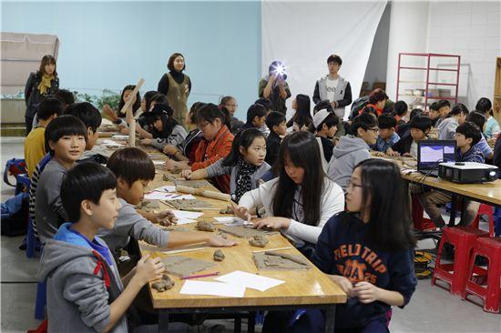 한국도자재단의 길위의 인문학 교육프로그램에 참여한 학생들이 흙을 이용한 다양한 체험활동을 하고 있다.