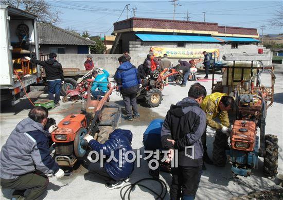 진도군이 본격적인 농사철을 앞두고 농가의 농기계 수리 불편 해소와 사고를 예방하기 위해 농기계 순회 수리와 교육에 본격적으로 나섰다.