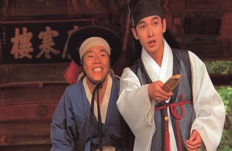 영화 '춘향전'의 이몽룡(조승우)과 방자. 광한루 앞에서 춘향을 향해 독백을 읊는다.