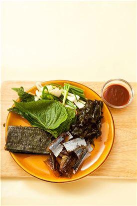 3. 그릇에 과메기와 준비한 채소를 담고 초고추장을 곁들인다.