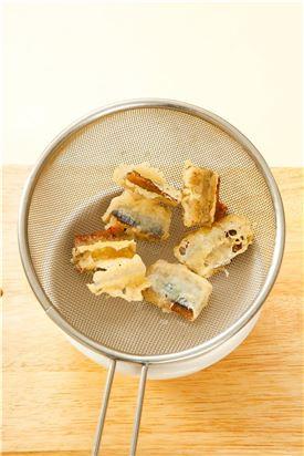 5. 과메기를 튀김옷을 입혀 170℃의 기름에 노릇노릇하게 튀긴다.