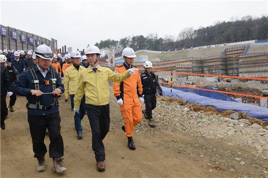이재율 경기도 행정1부지시가 용인 대규모 지하 굴착현장을 찾아 안전점검을 하고 있다.