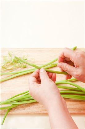1. 고구마순은 잎을 떼고 껍질을 벗겨 손질한다.  (Tip 고구마순의 껍질은 섬유질이 질기니 고구마 줄기를 꺽어서 당겨 껍질을 벗겨낸다. 마트에서는 껍질을 벗긴 고구마순을 삶아서도 판매하니 그대로 사용하면 된다.)