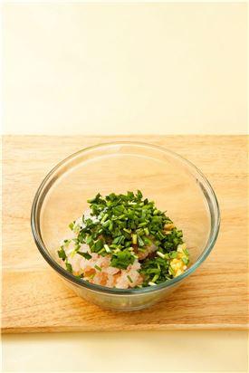 3. 새우살에 다진 파, 다진 마늘, 간장, 맛술을 넣고 소금과 후춧가루로 간을 한 후 부추를 넣어 섞는다.