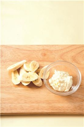 1. 바나나는 납작하게 썬다.