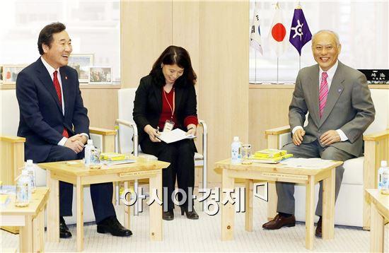 일본을 방문한 이낙연 전라남도지사(왼쪽)는 18일 오전 도쿄도청에서 마스조에 요이치(舛添要一) 도쿄도지사와 회담, 한일관계와 북한 정세를 포함한 공동 관심사를 폭넓게 논의했다. 사진제공=전남도