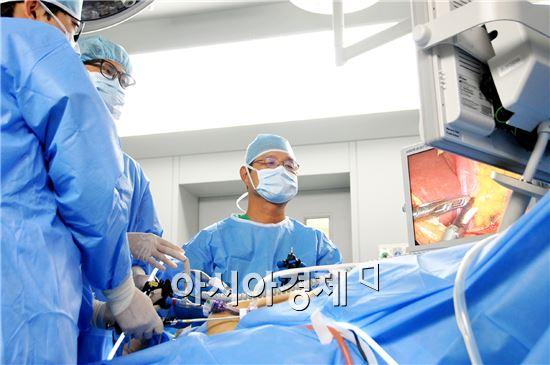 수술중인 박영규 교수.