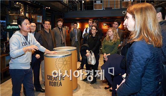 하버드경영대학원 학생들이 지난 18일 오후 서울 상암동 CJ E&M센터를 방문해 (왼쪽부터) 나영석PD, 서현동 글로벌사업담당 상무, 이상길 전략기획실 부사장(왼쪽부터)을 만나 K-콘텐츠의 경쟁력과 글로벌 진출 전략에 대해 질문하고 있다.