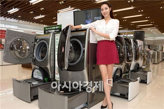 ▲LG 베스트샵 강남본점 매장에서 LG전자 모델이 LG 세탁기 대표 제품인 '트롬 트윈워시'를 소개하고 있다. (제공=LG전자)