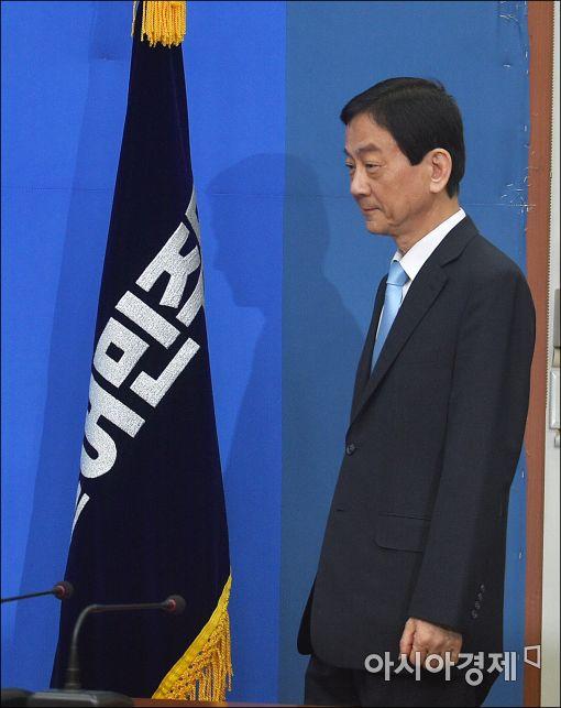 [포토]더민주 대표실 들어오는 진영 의원