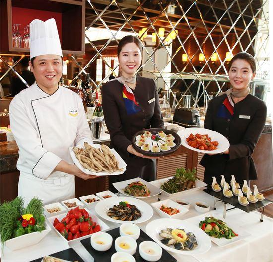 아시아나항공(대표 김수천) 직원들이 인천공항 퍼스트 라운지에서 찰보리된장 봄채소말이, 통더덕구이 등 신규 한식 메뉴를 소개하고 있다.