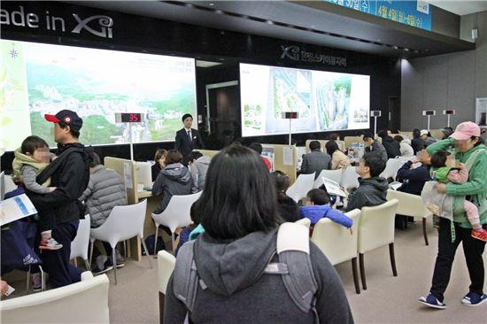 GS건설의 '은평 스카이뷰자이' 견복주택을 찾은 내방객들이 상담을 받고 있다.(제공: GS건설)