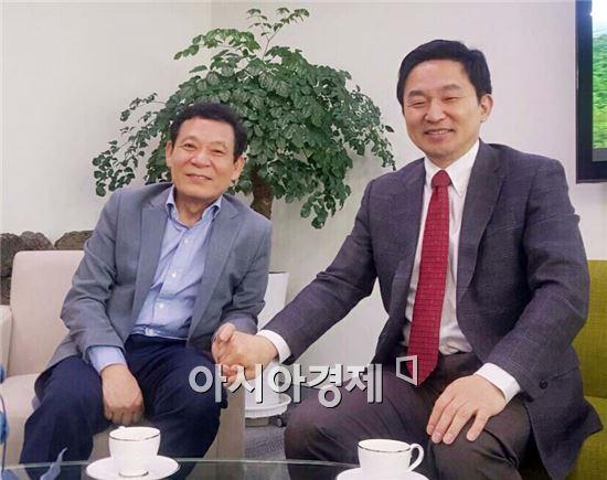 윤장현 광주광역시장(왼쪽)은 19일 오후 제주도청에서 원희룡 제주도지사를 만나 전기자동차산업 육성 방안을 논의하고 있다.