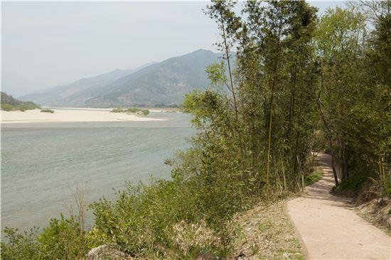 섬진강변을 따라 걸을 수 있는 섬진강100리테마로드는 하동도