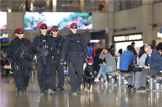 22일 저녁 인천공항에서 경찰특공대원과 폭발물 탐지견이 여객터미널을 순찰하고 있다.