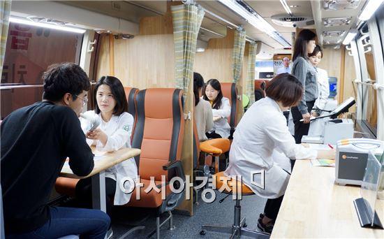 금연버스 내부 모습. 전문가 상담이나 체성분 분석 등이 가능하다.