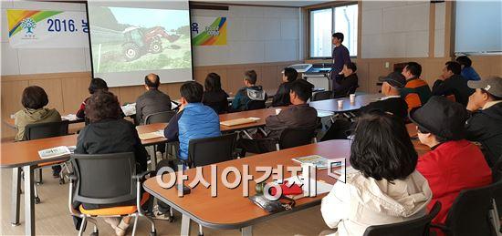 곡성군(군수 유근기)은 지난 23일 농업기술센터 어울마당에서 28명이 참석한 가운데 '소(通)동(行)락(樂) 곡성 귀농학교'2회차 교육으로 밭농사기초반 수업을 가졌다.