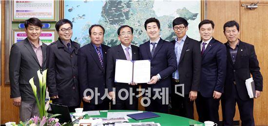 영광군(군수 김준성)은 24일 군수실에서 유한회사 이가네식품(대표 이상현)과 김치공장 설립을 위하여 투자협약(MOU)을 체결했다.