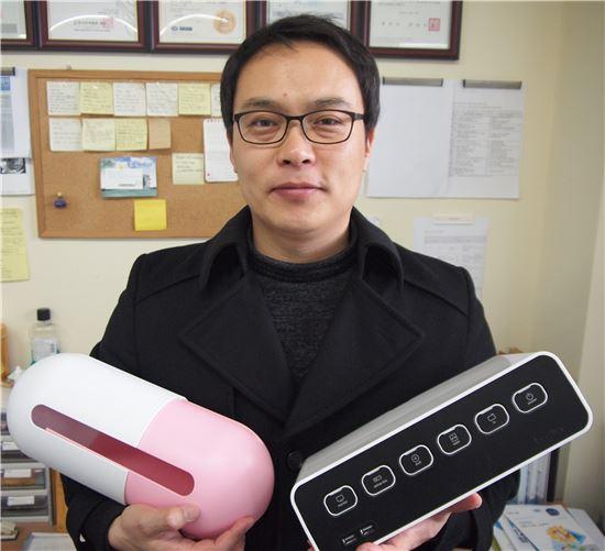 이명욱 에이블루 대표는 아이디어 상품인 전선정리용 디자인 멀티탭 '박스탭'(사진 오른쪽)을 개발해 히트쳤다. 최근엔 전선정리함 신제품 '파워캡슐'(왼쪽)을 내놨다.