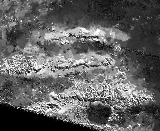 ▲타이탄의 미스림 산맥에서 가장 높은 산봉우리가 포착됐다.[사진제공=NASA]