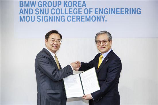 지난 24일 기술협력 업무협약식에 참석한 김효준 BMW코리아 사장(오른쪽)과 이건우 서울대학교 공과대학장(왼쪽).