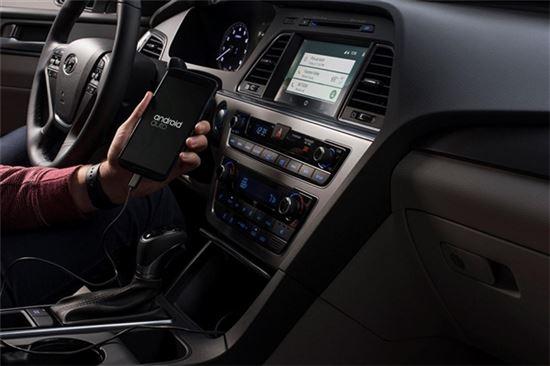 지난해 세계 자동차 업체 중 최초로 현대차 미국 쏘나타에 탑재된 구글의 인포테인먼트 시스템 안드로이드 오토