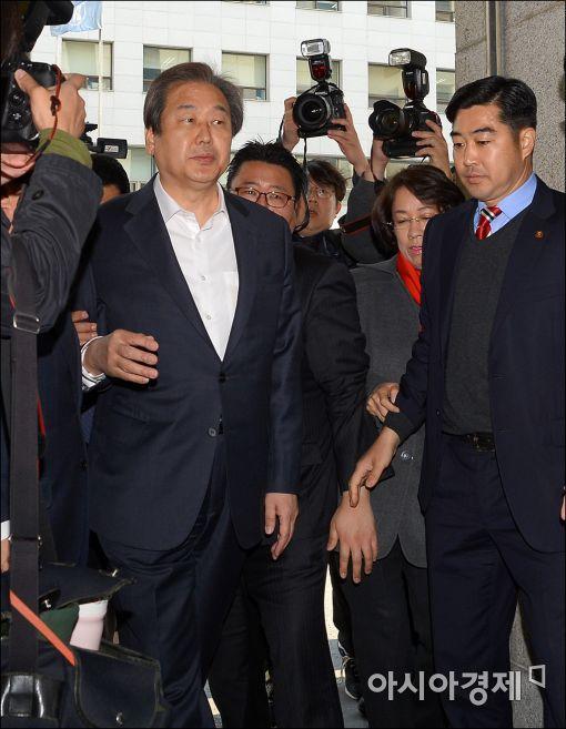 [포토]당사 들어서는 김무성 대표