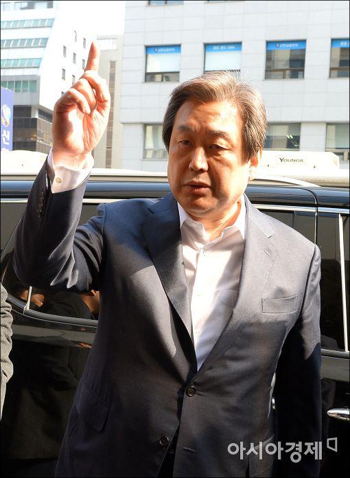 [포토]당사 들어가는 김무성 대표