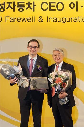 임기를 마치고 한국을 떠나는 프랑수아 프로보 르노삼성 사장(왼쪽)과 다음달 1일 새로운 CEO에 취임하는 박동훈 부사장이 기념촬영을 하고 있다.