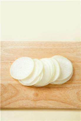 1. 무는 슬라이서로 일정한 두께로 자른다. (Tip 칼로 썰면 두께가 일정하지 않고 두꺼워서 맛이 안 나니 꼭 슬라이서를 이용한다.)