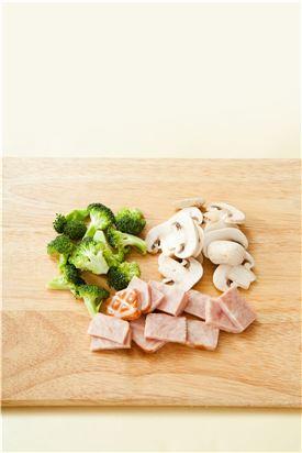 2. 양송이버섯은 가래떡 크기로 썰고, 브로콜리는 끓는 물에 데쳐 물기를 제거해 먹기 좋은 크기로 자르고 햄도 다른 재료와 비슷한 크기로 자른다.