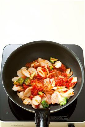 3. 프라이팬에 식용유를 두르고 햄과 양송이버섯을 볶다가 브로콜리, 가래떡을 넣고 토마토소스를 넣어 버무린다.