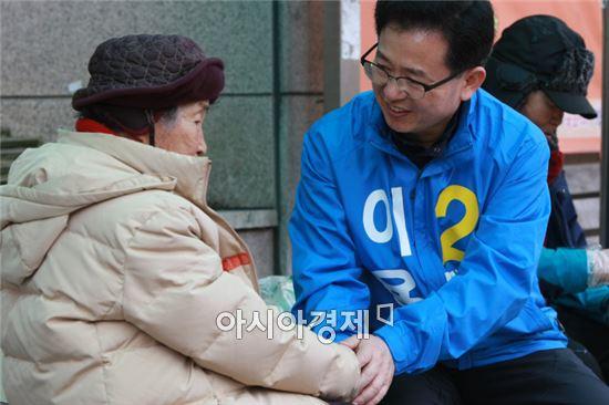 25일 이용빈 더민주 광주 광산갑 후보가 지역 유세를 돌며 할머니의 손을 잡고 덕담을 나누고 있다. 사진=이용빈