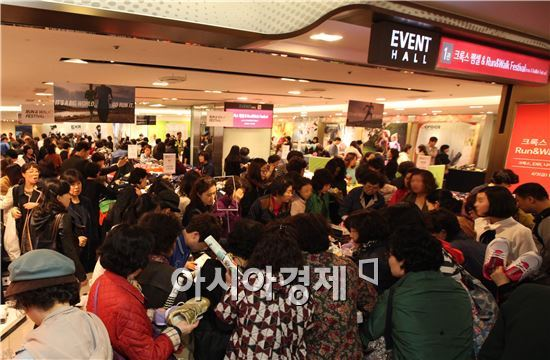 한 백화점 이벤트홀이 고객들로 붐비고 있다.