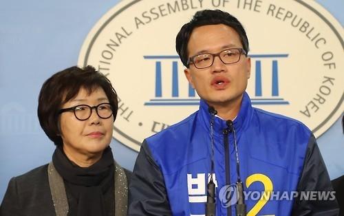 박주민 변호사(오른쪽)와 이미경 의원(출처=연합뉴스).