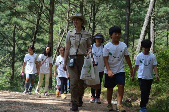 무등산국립공원동부사무소(소장 조승익)가 자연이 살아 숨 쉬는 건강한 국립공원 숲에서 오감을 이용한 자연체험, 문화체험 등으로 구성된 탐방프로그램을 운영한다.