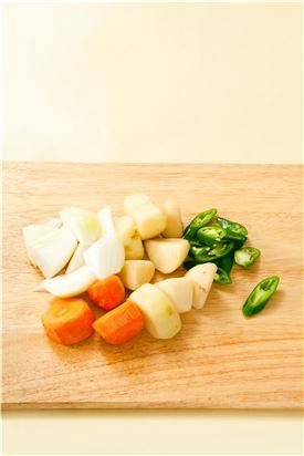 3. 감자와 당근, 양파는 큼직하게 썰어 모서리를 다듬고 풋고추는 어슷하게 썬다.