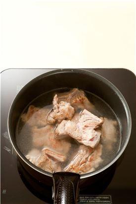 5. 냄비에 돼지갈비와 물 3컵을 넣어 끓이다가 물이 끓으면 중간 불로 줄여서 20분 정도 끓인다.