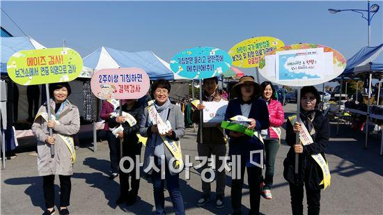 구례군(군수 서기동)은 28일 5일 시장에서 시장 상인 및 이용자를 대상으로 '지카바이러스 등 감염병 예방'홍보 캠페인을 실시했다.